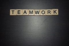 De tegels van het groepswerkwoord op een zwarte achtergrond worden opgesteld die Concept Het samenwerken Zaken, onderwijs, het le royalty-vrije stock foto's