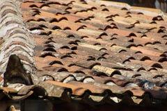 De tegels van het terracottadak Stock Afbeeldingen