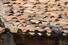 De tegels van het terracottadak Stock Foto's