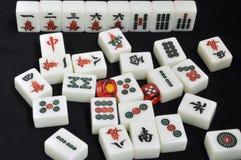 De tegels van Mahjong op zwarte achtergrond Stock Fotografie