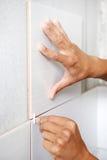De tegelzetter overhandigt thuis het vernieuwingswerk Stock Foto