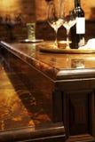 De tegenbovenkanten van het graniet en houten keukenmeubilair. Royalty-vrije Stock Fotografie