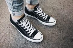 De tegenovergestelde toevallige schoenen van Chuck Taylor All-Stars Royalty-vrije Stock Foto's