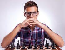 De tegenstander die van het schaak uw ogen onderzoekt Stock Afbeeldingen