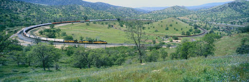 De Tehachapi-Treinlijn dichtbij Tehachapi Californië is de historische plaats van de Zuidelijke Vreedzame Spoorweg waar goederent stock afbeeldingen