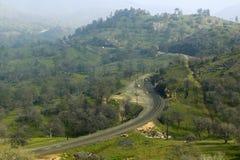 De Tehachapi-Treinlijn dichtbij Tehachapi Californië is de historische plaats van de Zuidelijke Vreedzame Spoorweg waar goederent Stock Foto's