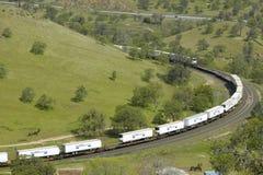 De Tehachapi-Treinlijn dichtbij Tehachapi Californië is de historische plaats van de Zuidelijke Vreedzame Spoorweg waar goederent Royalty-vrije Stock Fotografie