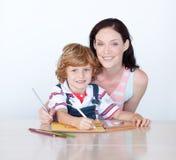 De tekening die van de zoon en van de moeder de camera bekijkt Stock Foto