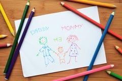 De tekening en de kleurpotloden van het kind Stock Afbeelding
