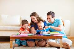 De tekening en de lezing van de familie Stock Afbeeldingen