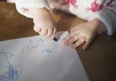 De tekening van de peuter met kleurpotloden Stock Fotografie