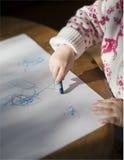 De tekening van de peuter met kleurpotloden Royalty-vrije Stock Foto's