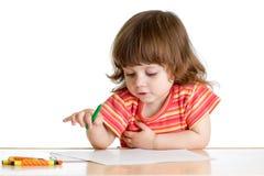 De tekening van het jong geitjemeisje met kleurenkleurpotloden Stock Fotografie