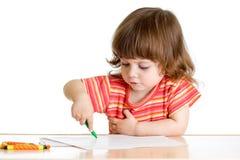 De tekening van het jong geitjemeisje met kleurenkleurpotloden Stock Foto