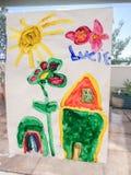 De tekening van het kind van een huis en een tuin onder de zon royalty-vrije stock foto