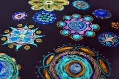 De tekening van het kinderen` s potlood in bloemen multi-colored tonen stock illustratie