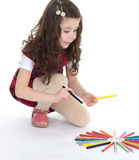 De tekening van het kindmeisje met kleurrijke potloden Stock Afbeelding