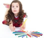 De tekening van het kindmeisje met kleurrijke potloden Stock Afbeeldingen