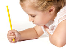 De tekening van het meisje met potlood royalty-vrije stock foto's