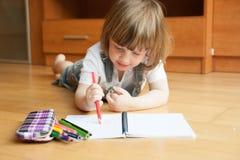 De tekening van het twee éénjarigenmeisje stock fotografie