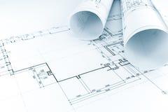 De tekening van het vloerplan met broodjes van architectenblauwdrukken stock fotografie