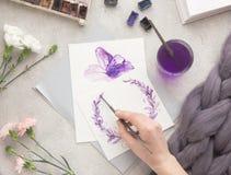 De tekening van de waterverf De borstel van de kunstenaarswerkruimte, pen, waterverf, boeket van roze rozen op een steenachtergro stock foto