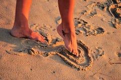 De tekeningshart van de voet in zand Royalty-vrije Stock Foto