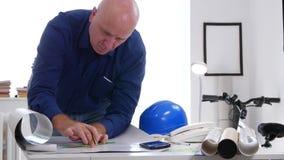 De de Tekeningshulpmiddelen van ingenieursjob draw using maken Plannen en Berekeningen stock footage