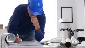 De de Tekeningshulpmiddelen van ingenieursjob draw using maken Plannen en Berekeningen stock videobeelden