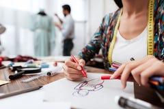 De tekeningsmodel van de manierontwerper op papier royalty-vrije stock afbeeldingen