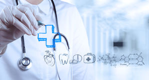 De tekeningspictogrammen van de artsenhand met moderne computerinterface Stock Afbeeldingen