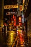 De tekens en de regen van Hong Kong op de straat Royalty-vrije Stock Foto