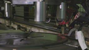 De Tekens Rubberband Rim Closeup van de magneet Stempelmachine stock video
