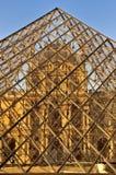 De tekens twintigste Verjaardag van het Louvre van glaspiramide Stock Foto's