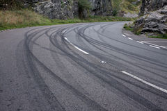 De tekens van de band verlaten door wegraceauto's stock afbeelding