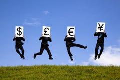 De tekens van de de holdingsmunt van de zakenman Stock Foto's