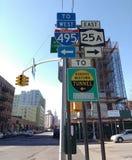 De Tekens van de de Stadsstraat van New York, Queens Uit het stadscentrum Tunnel, LIC, Queens, NY, de V.S. Stock Afbeeldingen
