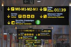 De tekens van de luchthaven in Barcelona Stock Foto