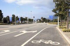 De tekens van de pijl als wegnoteringen op een straat stock foto's