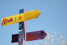 De tekens van de richting in een speelplaats van kinderen Stock Afbeeldingen