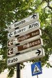 De Tekens van de richting en Voetgangersoversteekplaats in Lisbo Royalty-vrije Stock Foto's