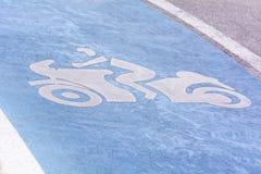 De tekens van het wegsymbool of de tekens van het verkeerssymbool op de weg Stock Foto's