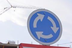 De tekens van het wegsymbool of de tekens van het verkeerssymbool op de weg Stock Fotografie