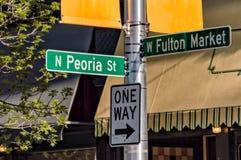 De tekens van de de richtingsinformatie van Fulton Market Street en Peoria-van de Straat Hoofdstraat in Chicago royalty-vrije stock foto's