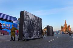 De tekens zeventigste verjaardag van Rusland van anti-fascistische overwinning met grote parade Stock Foto's