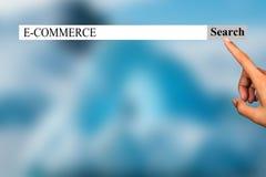 De tekst in browser toont 'E-COMMERCE ' Conceptuele fotolijst van dingen die in dit jaar populair gaan worden stock foto