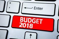 De tekst die van de handschriftaankondiging Begroting 2018 tonen Bedrijfsdieconcept voor Begroting 2018 op kleverig notadocument  Stock Afbeeldingen