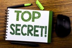 De tekst die van de handschriftaankondiging Bovenkant tonen - geheim Bedrijfsconcept voor Militaire die Bovenkant - geheim op de  Stock Fotografie