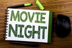 De tekst die van de handschriftaankondiging Filmnacht tonen Bedrijfsdieconcept voor Wathing-Films op de notadocument van het noti Royalty-vrije Stock Afbeelding