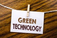 De tekst die van de handschriftaankondiging Groene Technologie tonen Bedrijfsdieconcept voor campagne, op kleverig notadocument w Stock Foto